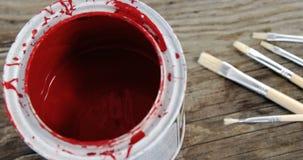 Fine su della latta e delle spazzole rosse della pittura archivi video