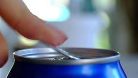 Fine su della mano della donna che apre una latta archivi video
