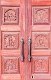Fine su della porta di legno con la maniglia arrugginita, Chennai, India, il 19 febbraio 2017 Fotografia Stock