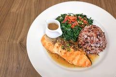 Fine su della salsa di pepe di color salmone del palo con la bacca e lo spinac del riso Immagini Stock
