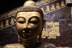 Fine su della statua misericordiosa dorata della testa di Buddha fotografia stock