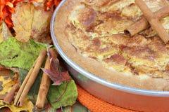 Fine in su della torta del Apple Kuchen nella regolazione di autunno Fotografie Stock