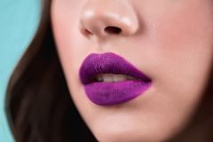 Fine su delle labbra aperte del ` s della donna Rossetto porpora, lucentezza del labbro, cosmetici Fotografia Stock