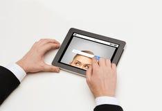 Fine su delle mani e della ricerca di Internet sul pc della compressa fotografia stock