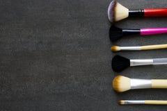 Fine su delle spazzole di trucco su fondo nero Fotografia Stock Libera da Diritti