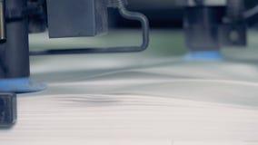 Fine su delle ventose del ` s della macchina della fabbrica che di sollevamento e che riassegnano i fogli di carta video d archivio