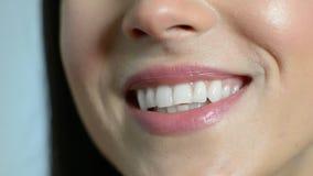 Fine su di bella bocca del ` s della donna con i denti perfetti come parla video d archivio
