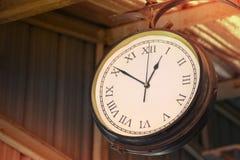 Fine su di caduta d'annata dell'orologio di morte sul tetto d'annata dello zinco alla stazione ferroviaria d'annata in provincia  Fotografia Stock Libera da Diritti