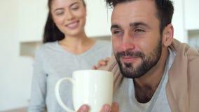 Fine su di sollievo malato di sensibilità dell'uomo dopo aiuto della moglie archivi video