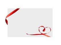 Fine su di un arco rosso del nastro su fondo bianco Immagini Stock