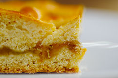 Fine su di un dolce casalingo delizioso dell'ananas sopra un piatto bianco Fotografia Stock Libera da Diritti