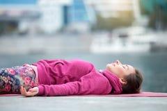 Fine su di una giovane donna nella posa del cadavere Fotografia Stock Libera da Diritti