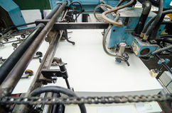 Fine su di una macchina di stampa offset durante la produzione Fotografie Stock