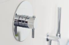 Fine su di una manopola di lusso del rubinetto della doccia fotografia stock libera da diritti