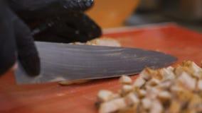 Fine in su i tagli del cuoco hanno cotto il manzo con un coltello tagliente nei piccoli pezzi archivi video