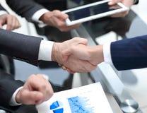 Fine in su investitore ed uomo d'affari che stringono le mani fotografia stock libera da diritti