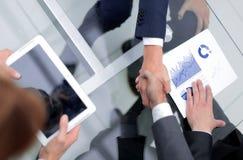 Fine in su investitore ed uomo d'affari che stringono le mani fotografie stock