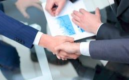 Fine in su investitore ed uomo d'affari che stringono le mani immagini stock libere da diritti