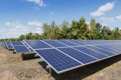 Fine su matrice di file delle cellule solari al silicio o del photovoltaics policristalline in centrale elettrica solare Immagine Stock