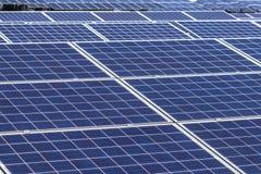 Fine su matrice di file delle cellule solari al silicio o del photovoltaics policristalline in centrale elettrica solare Immagini Stock