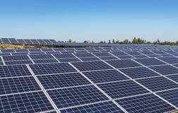 Fine su matrice di file delle cellule solari al silicio o del photovoltaics policristalline in centrale elettrica solare Fotografie Stock