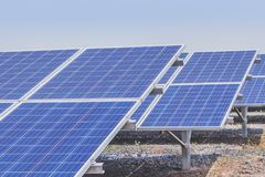 Fine su matrice di file delle cellule solari al silicio o del photovoltaics policristalline in centrale elettrica solare Fotografie Stock Libere da Diritti