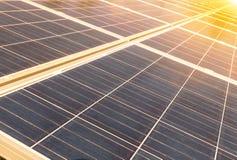 Fine su matrice di file delle cellule solari al silicio o del photovoltaics policristalline in centrale elettrica solare su tempo Immagine Stock Libera da Diritti