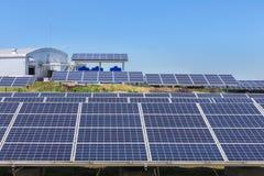 Fine su matrice di file delle cellule solari al silicio o del photovoltaics policristalline al giro solare della centrale elettri Fotografie Stock