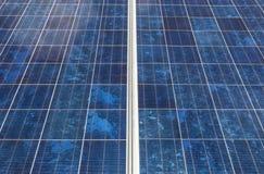 Fine su matrice di file delle cellule solari al silicio policristalline Fotografia Stock