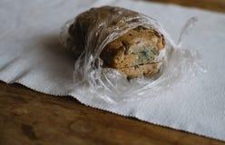 Fine su su pane decomposto sulla tavola fotografia stock libera da diritti