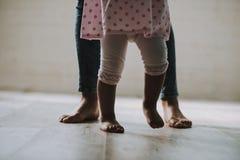 Fine in su Primi punti della bambina con il padre fotografia stock
