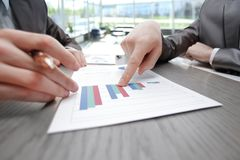 Fine in su punti di affari il dito al rapporto finanziario fotografie stock