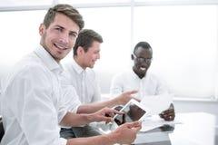 Fine in su Uomo d'affari Using Digital Tablet in ufficio fotografia stock