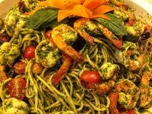 Fine sugli spaghetti con il gamberetto, il pane piccante ed il gamberetto fritti, concetto di consegna dell'alimento immagine stock