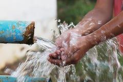 fine sui bambini mano e sulla spruzzata della goccia di acqua Immagini Stock Libere da Diritti