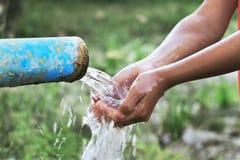 fine sui bambini mano e sulla spruzzata della goccia di acqua Immagini Stock