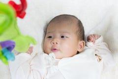 Fine - sul bambino sveglio asiatico neonato di due mesi che gioca sul pla Immagini Stock