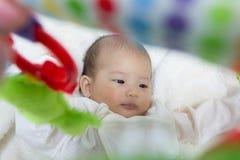 Fine - sul bambino sveglio asiatico neonato di due mesi che gioca sul pla Fotografia Stock