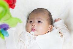 Fine - sul bambino sveglio asiatico neonato di due mesi che gioca sul pla Fotografie Stock Libere da Diritti