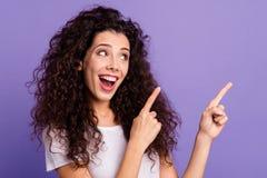 Fine sul bello suo funky divertente della foto occhi di signora cerca i dito indice che di armi della tenuta lo spazio vuoto cons immagini stock libere da diritti