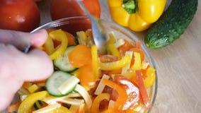 Fine - sul colpo del maschio passa il pepe di taglio Produrre insalata stock footage