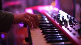 Fine sul colpo: Equipaggi il musicista che gioca il piano elettrico in scena ad un concerto archivi video