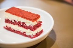 Fine sul dolce rosso del velluto nel piatto bianco con la foglia della menta piperita I immagine stock