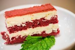 Fine sul dolce rosso del velluto nel piatto bianco con la foglia della menta piperita I immagine stock libera da diritti