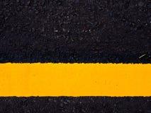 fine sul fondo stradale, linea gialla di traffico fotografia stock libera da diritti