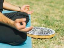 Fine - sul maschio di forma fisica stanno esercitando nel parco Concetto di yoga Immagini Stock