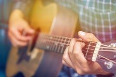 Fine sul musicista che gioca chitarra fotografia stock