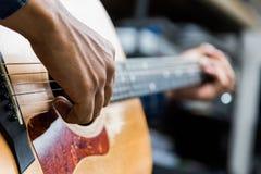 Fine sul musicista che gioca chitarra immagini stock libere da diritti