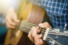 Fine sul musicista che gioca chitarra fotografia stock libera da diritti
