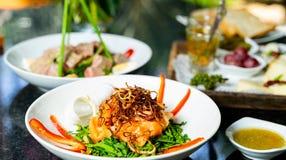 Fine sul raccordo di color salmone fresco con la salsa di aglio del peperoncino rosso fotografie stock libere da diritti